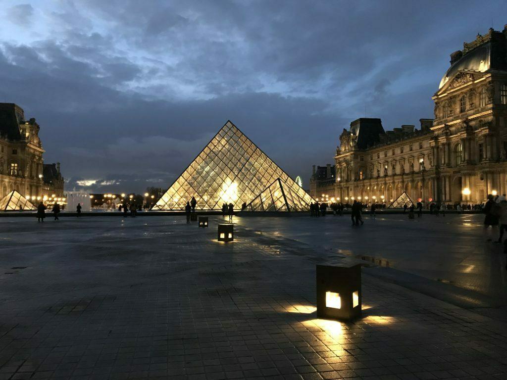 vistas de la piramide de cristal del louvre