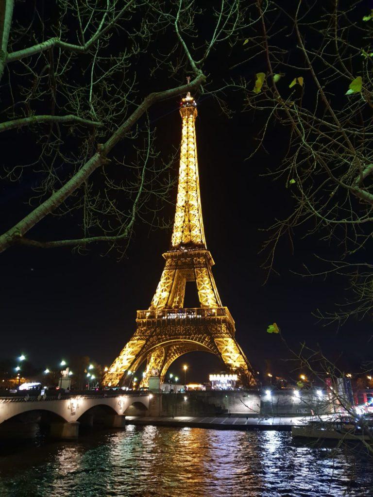 Fotos de la torre eiffel iluminada en nuestro viaje a París