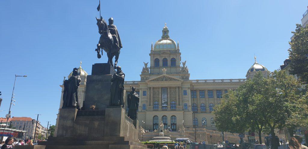 Monumento a Wenceslao delante del museo nacional en la plaza nombrada como el