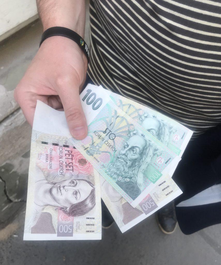 estos son los billetes de la moneda oficial de praga, la corona checa