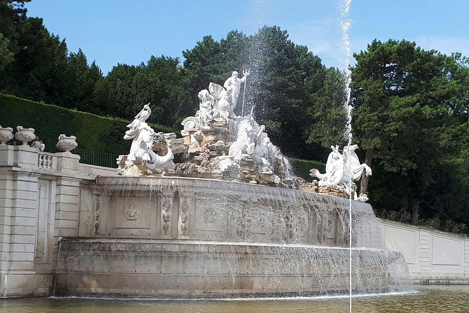 Fuente de Neptuno en los Jardines del Palacio Schönbrunn