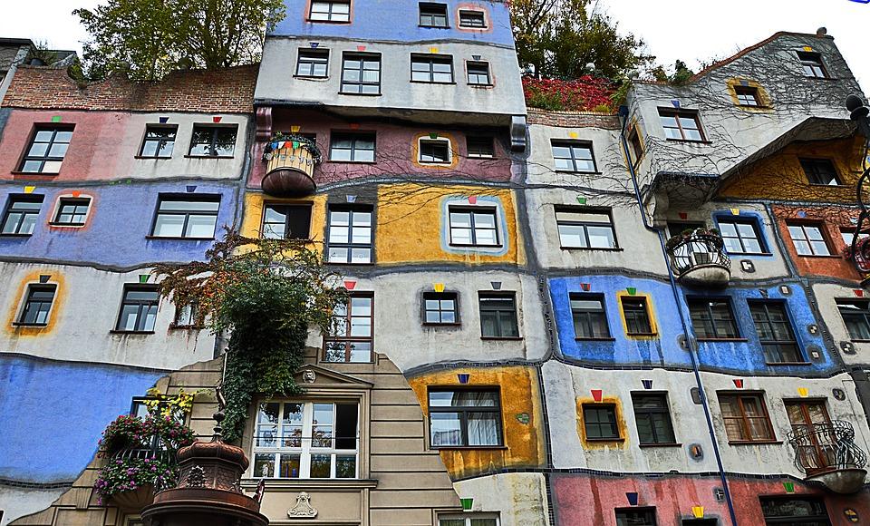 Esta es la fachada de Hundertwasserhaus una de las cosas que visitar en Viena en 3 días