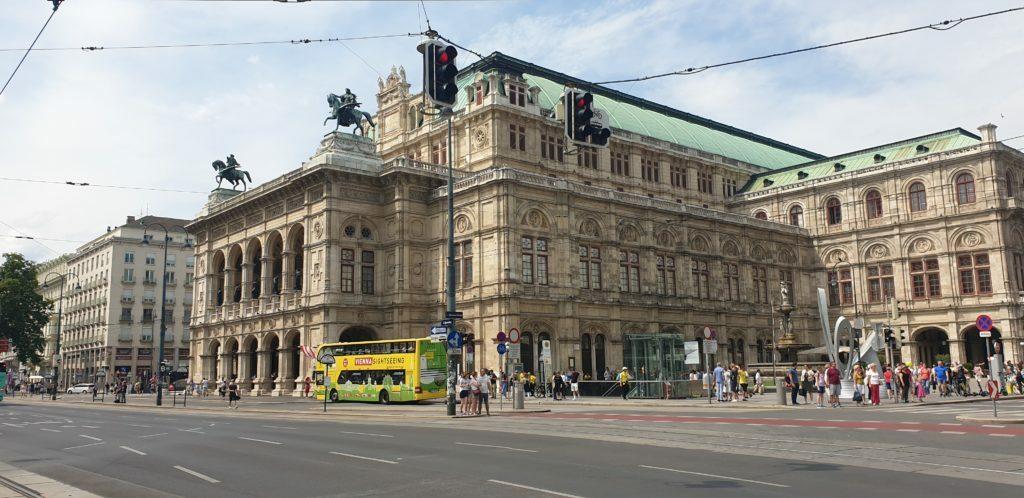 Vista de la Opera de Viena desde la calle principal, otra de las cosas que hacer en Viena en 3 días