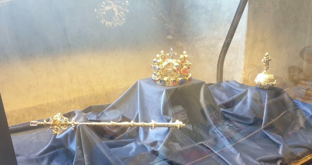Vitrina con Joyas de la Corona en el Palacio de San Jorge