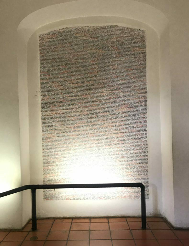 Paredes de la Sinagoga Pinkas llenas de nombres de victimas