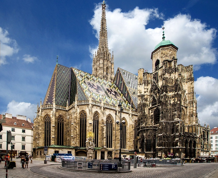 Vistas de la Catedral de Viena y asu fachada de ladrillo.