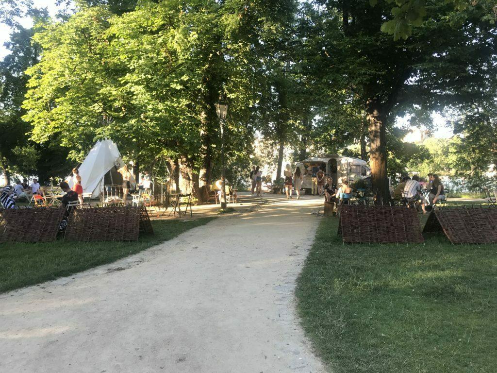 Bar y lugar de descanso en un parque de Praga
