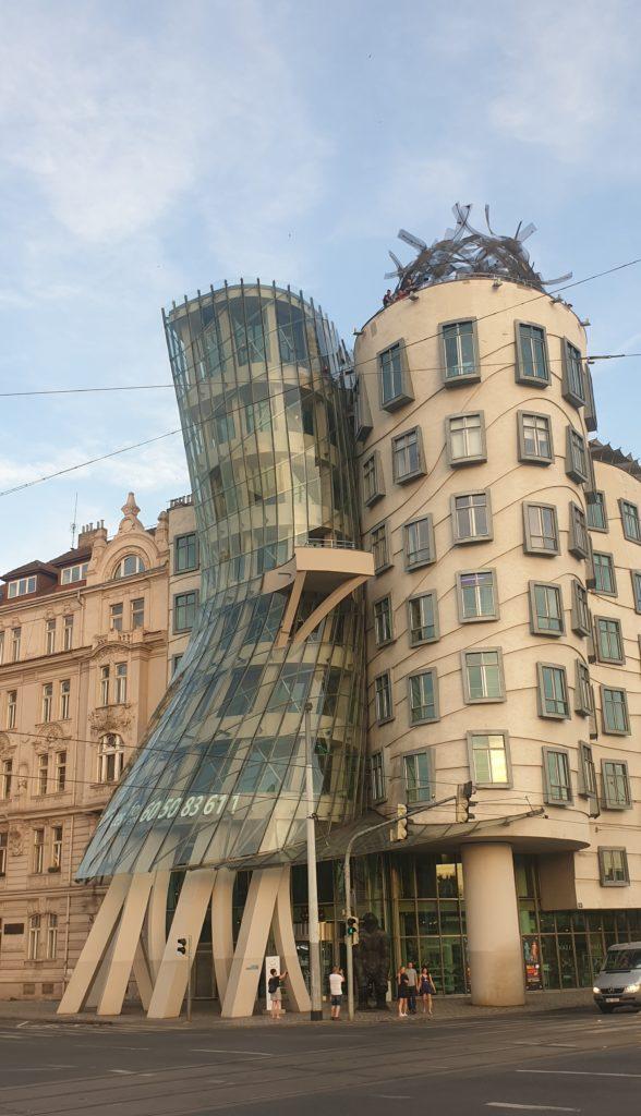 Vistas desde el puente de la casa danzante de Praga