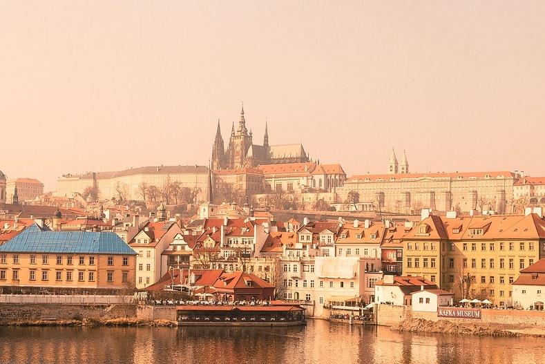 Vistas del Castillo de Praga desde la ciudad, uno de los 12 lugares que visitar en Praga