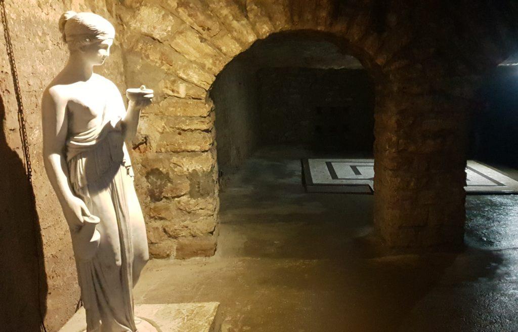 En esta imagen se puede ver una estatua en Piedra en el interior de una de las zonas del Laberinto de Buda.