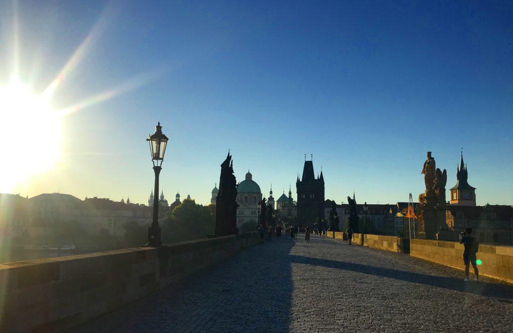 Puente de Carlos, al amaneces, un lugar imprescindible que visitar en Praga
