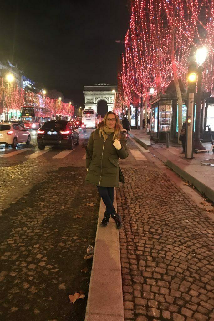 Avenida de los Campos Eliseos en Paris, con el arco del triunfo al fondo