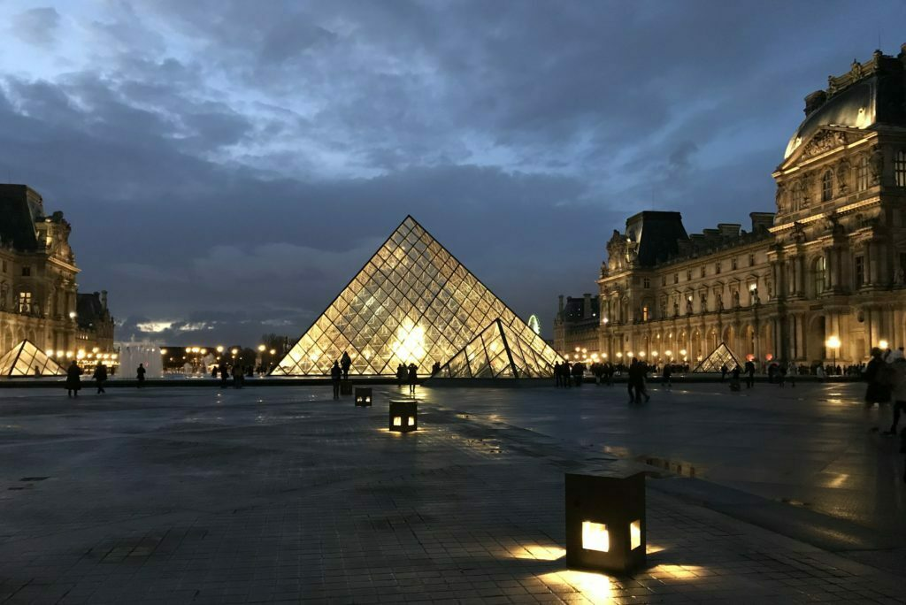 Piramide central del Louvre en Paris