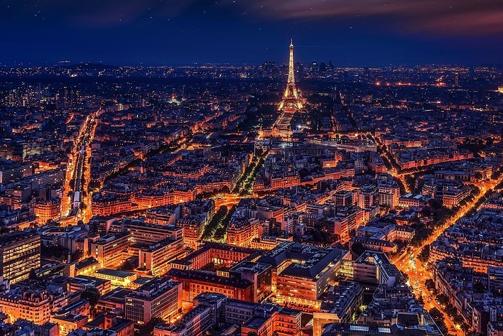 imagen de paris de noche, vista desde las alturas