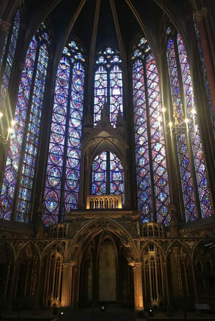 imagen del interior de la planta superior de la Sainte Chapelle en Paris