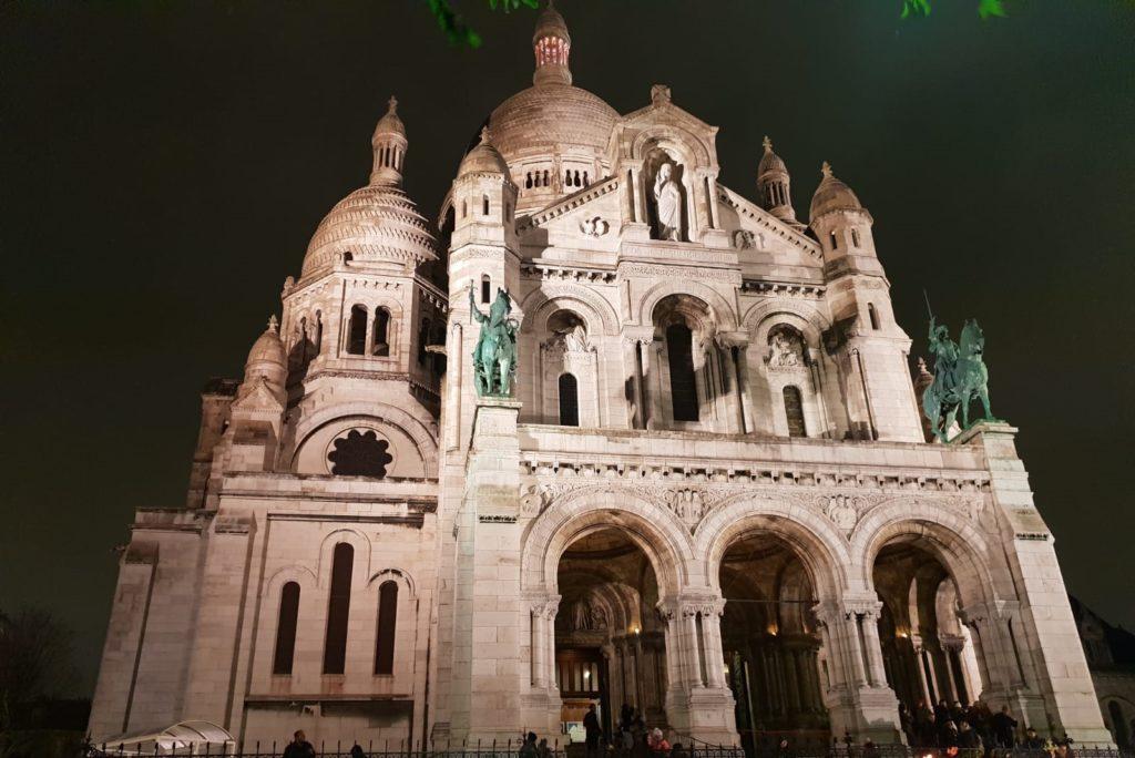 basilica del sacreo coeur en paris por la noche