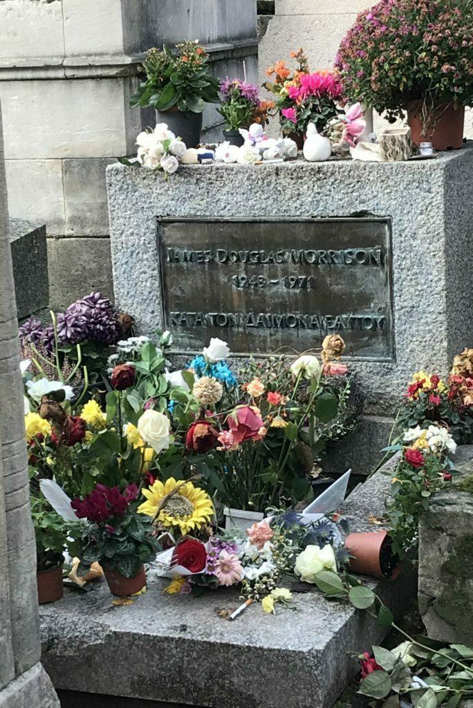 una de las tumbas mas famosas del cementerio de pere lachaise