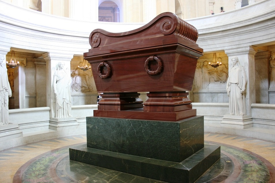 en esta imagen podemos ver la tumba de napoleon