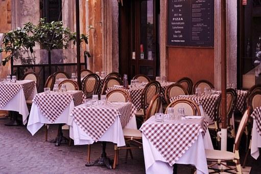 aquí vemos las mesas preparadas en un Bistró de París, listas para los cliente que llegan a comer