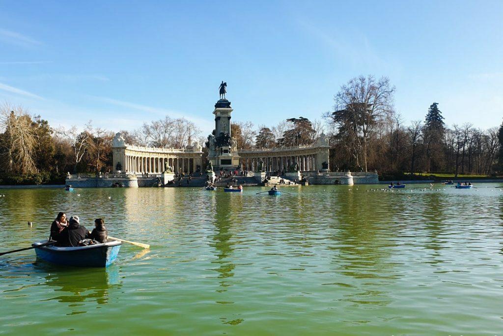 En esta foto vemos el estanque principal del retiro, con el monumento a Alfonso XII al fondo