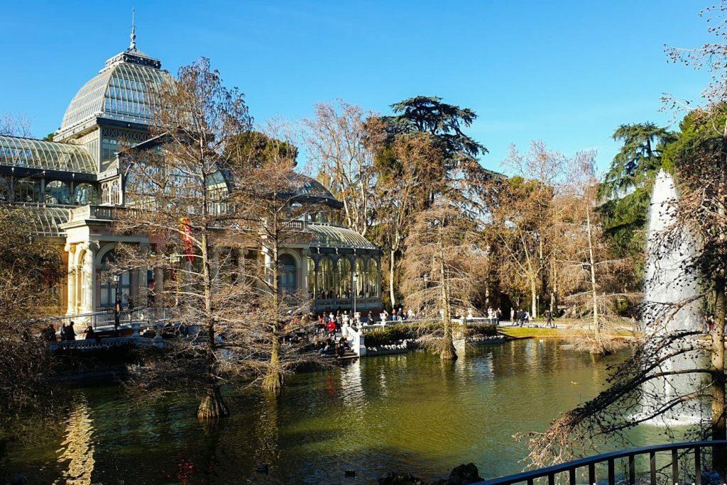 Fotografia del Palacio de Cristal en El Retiro, utilizado para exposiciones de artistas