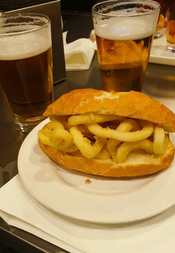Imagen típica de un bocadillo de calamares en Madrid