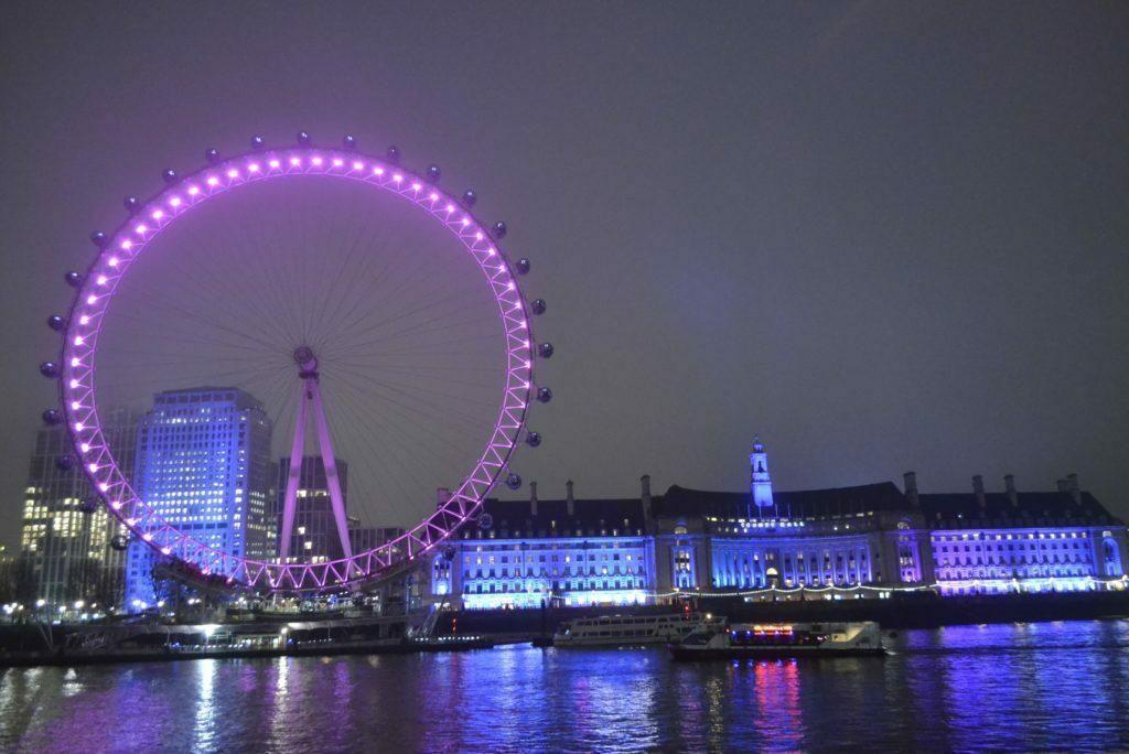 Aqui vemos el London Eye de noche sobre el rio Támesis